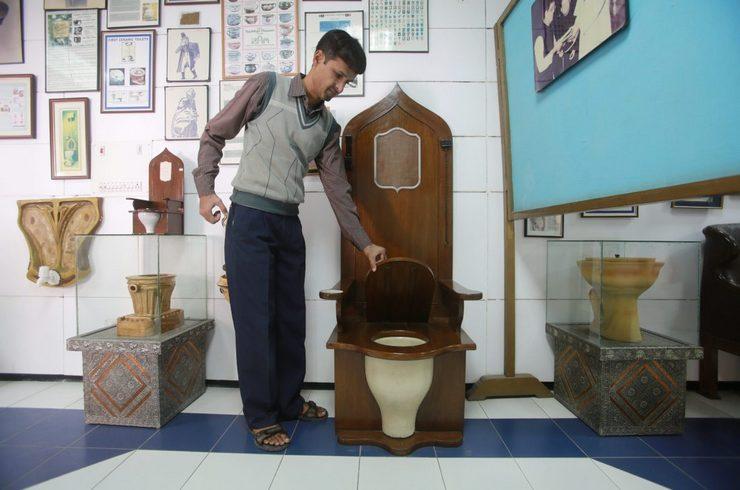 Это место можно с полным правом назвать музеем, ведь оно рассказывает об истории развития туалетной культуры