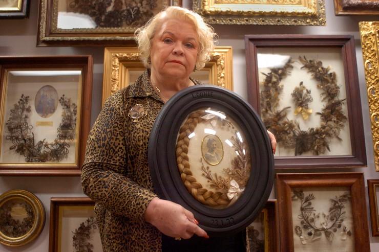 Парикмахер в прошлом, госпожа Лейла Коун, открыла в США музей ювелирных изделий, созданных из человеческих волос